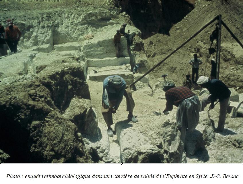 Photo : enquête ethnoarchéologique dans une carrière de vallée de l'Euphrate en Syrie. J.-C. Bessac